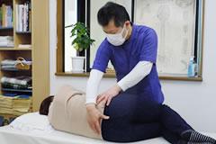 高崎市忍冬堂牛込接骨院で腰の痛みの施術をする風景